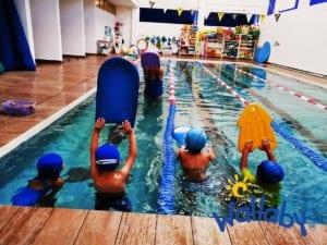 Natación niños Colegio Wallaby